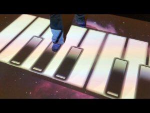 Taikalattialla voi myös soittaa. Du kan spela piano med Magic Carpet