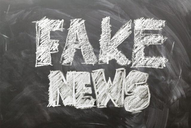 Fake news lukee liitutaululla