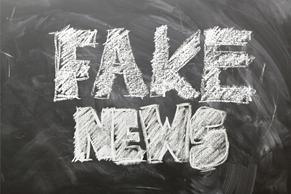 Musta liitutaulu, jossa valkoisella kirjoitettuna FAKE NEWS / Svart krittavla, dår på vitt står FAKE NEWS