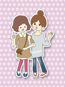 kaksi tyttöä kävelee käsikynkässä ja keskustelee iloisesti